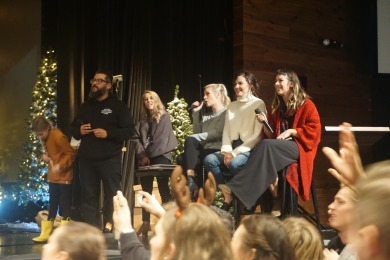 Jury im Singwettbewerd Jenn Johnson, Kalley Heiligenthal und Kristene DiMarco