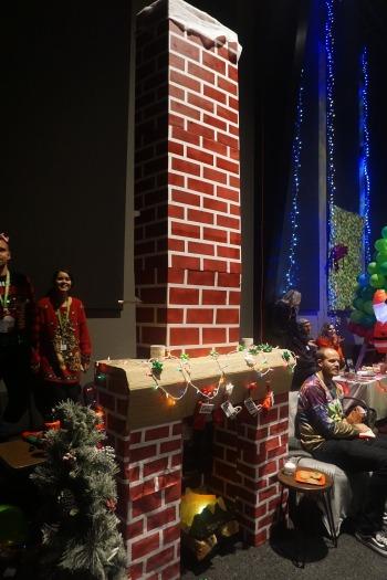 Weihnachtsdeko Kamin mit steckengebliebenen Santa